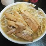 自家製太麺 ドカ盛 マッチョ - ラーメン中700円。豚骨醤油味、ヤサイマシニンニクアブラカラメマシマシ。斜め上から(2017.1.9)