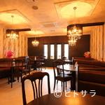 オリーヴ - 座り心地の良いゆったりした椅子、美しいシャンデリアに囲まれて