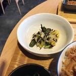 風鈴屋 - 皿そばランチ950円小鉢のヒジキとセリ和え