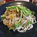 風鈴屋 - 皿そばランチ950円小柱、新玉ねぎ、せりの塩昆布和え蕎麦