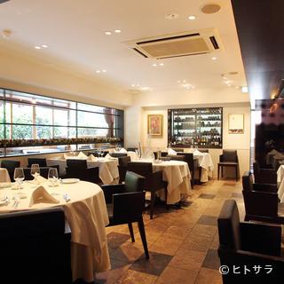 ゆったりとした上質な空間で料理やワインを楽しむ