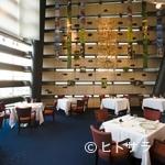 レストラン タテル ヨシノ 銀座 - スタイリッシュな空間ながら驚きの開放感を実現