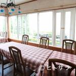 cafe&地魚料理 山源 - 広い窓から光が差し込む、明るく開放的な雰囲気の店内です