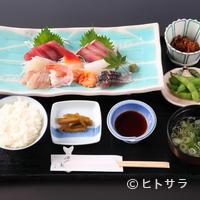 cafe&地魚料理 山源 - 新鮮なお刺身が常時10種類以上の『おさしみごはん』