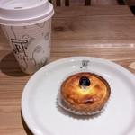 焼きたてチーズタルト専門店PABLO - チーズタルトmini+ホットコーヒー(セットで500円)。