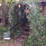 ブルースカイコーヒー - 入口の緑のアーチ