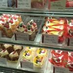 65387602 - ショーケースのケーキ達