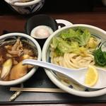 65391491 - 肉汁糧うどん(並)(880円)、温泉玉子(100円)