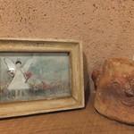 まめ蔵 - テーブルの横には、可愛らしい絵や粘土細工が飾られていました。