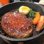 居酒屋明石 - 日替り定食(ハンバーグ)、フライパンで出てきました