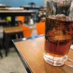居酒屋明石 - ランチを注文するとジョッキでウーロン茶が出てきます