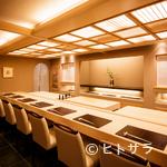 銀座 小十 - 奥田氏の丁寧な仕事を目の前で鑑賞できるカウンターは特等席