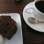 芝町カフェ - 飲み物はブレンド、ケーキはチョコレートとマカデミアナッツの物をお願いしました