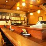 樽平 - 昔ながらのカウンター。樽酒と美食に酔ってみてはいかが?