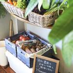 にこにこママズ キッチン バイ カヤ - あらい農園さんのとれたて野菜を店内で販売しております('ω')