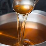 博多 心風 - 添加物不使用の7種類をブレンドしたスープをベースに、厳選した醤油など心風秘伝の配合で仕上げたこくのある、まろやかな特製醤油スープ