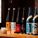 恵比寿魚金 - 日本酒党が垂涎。ガラスケースに並べられた名酒、希少種の数々