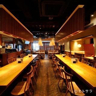 居心地良く、料理とお酒を堪能できる広々としたスペース