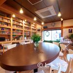 ヒビキ カフェ - 壁一面の本棚。図書館のような雰囲気のカフェ