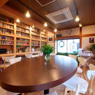 壁一面の本棚。図書館のような雰囲気のカフェ