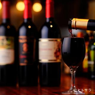 手頃なワインを各種取り揃えています。グラスワインはなみなみで