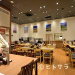 ぶたいち - 居心地のよい、明るく広々した店内でゆっくりとお食事を