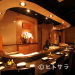 天ぷら岡本 - しっとり落ち着けるカウンターはまるでバーのような雰囲気