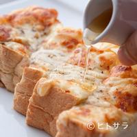 石釜 ベイクブレッド 茶房 タムタム - オリジナルミックスチーズがとろける『石窯焼きチーズトースト』