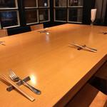 バール ウギャッデ - 店内(大テーブル席)