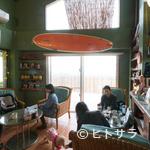 カイホロカフェ - グリーンを基調としたハワイアンテイストの空間で憩いのひととき