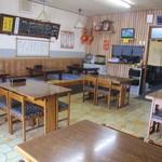 船町食堂 - テーブル4卓に、小上がり・・。