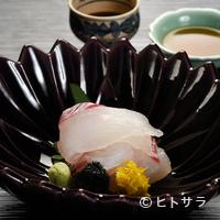 瓢亭 - 趣きの異なる2種類の調味料でいただく『向付〜明石鯛へぎ造り〜』