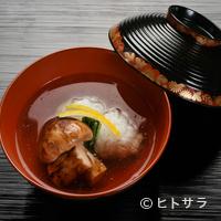 瓢亭 - 【瓢亭】の出汁でその味がさらに花開く『煮物椀〜鱧の葛たたき〜』