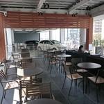 スターバックスコーヒー - 店内 2階テラス席 隣接のメルセデスがフェンス越しに見えます