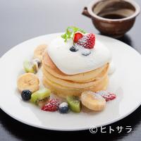 江久庵 - 彩りもうつくしい絶妙なバター風味の『自家製銅板焼パンケーキ』