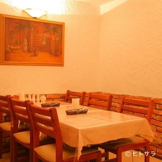 ペルシャの絵が飾られたテーブル席