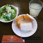 アクアサルーテ - ランチのサラダ・フォカッチャ・ドリンク(グレープフルーツジュース)