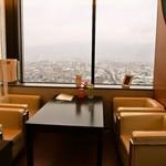 スカイ ラウンジ ニジュウニ - 店内(窓際のテーブル席)