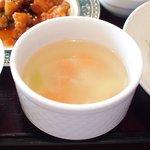 開花 香港海鮮バル - 油淋鶏&揚げ玉子特製ソース 2100円 のスープ