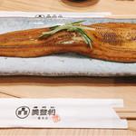 梅丘寿司の美登利 - ▲元祖穴子 塩、デカさ割り箸比較的