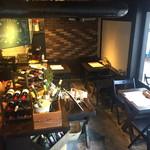 SHITAMACHI酒場 - ふらっと入りやすい1階テーブル席