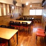 髭政 - 2階テーブル席はグループで貸し切ることも可能。不定期でライブが開催されることも。