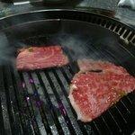 宮崎牛第一号指定店 焼肉の幸加園 - 特上ロースを焼く