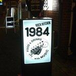 ロックキッチン1984 - 路面の看板はこんな感じ!