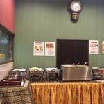 リトル アジア - こちらのブッフェ台からカレーとサラダがよそわれました…。