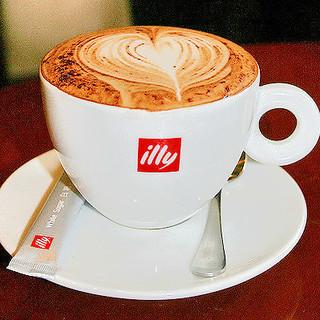 世界140ヵ国以上で愛飲されるコーヒー(illy)