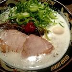 豚骨らーめんKAEDAMA - ラーメン ¥680 (麺バリカタ、ネギ2倍)