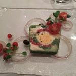 65484499 - (2017年4月 訪問)サラダニソワーズのテリーヌ。ニース風サラダをテリーヌに仕立てたもので輪切りの茹で卵がビジュアル的に印象的。鮪のコンフィが繊細ながらも旨味の引き立て役になっていました。