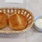 65489082 - パン(クリームチーズ添え)