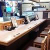 くいしんぼ茶屋 豪ちゃん - 内観写真:ゆとり有る空間で落ち着いたカウンター席8席